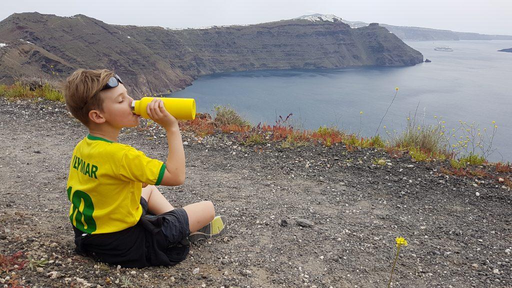 Sacha avec sa gourde isotherme en Randonnée à Santorin. Merci lespetitsbaroudeurs.com